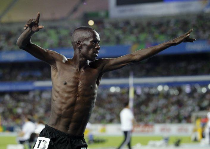 Ezekiel Kemboi faz pose à la Bolt após vencer os 3.000m com obstáculos no Mundial de atletismo.