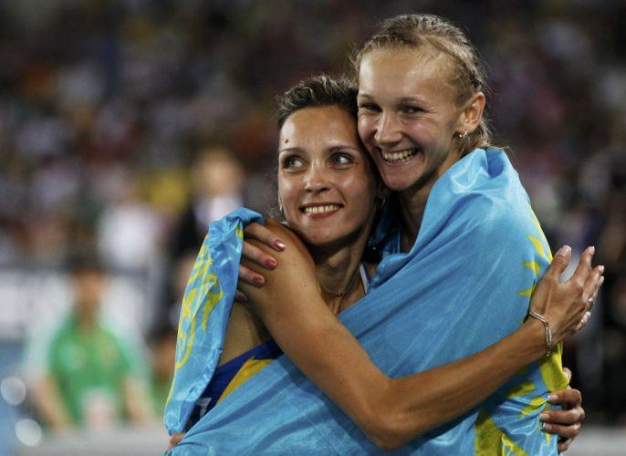 A bela ucraniana Olha Saladuha comemora o resultado do salto triplo com Olga Rypakova, do Cazaquistão. As duas conquistaram, respectivamente, o ouro e a prata.