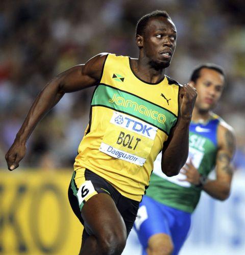 Usain Bolt na metade da semifinal dos 200m, se esforçando para chegar à frente. O jamaicano sobrou em sua bateria, mas passou com o segundo melhor tempo para a final da sua modalidade preferida.