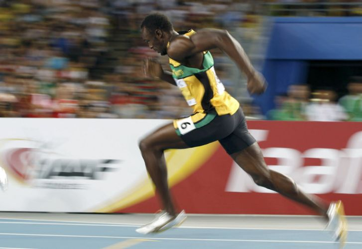 Usain Bolt se esforça para garantir o segundo melhor tempo de semifinal dos 200m, com direito a desaceleração no fim da sua bateria.