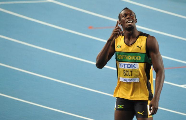 Usain Bolt aponta para o placar no estádio em Daegu. O jamaicano superou a desclassificação nos 100m e avançou à final dos 200m correndo com folga, com o segundo melhor tempo.