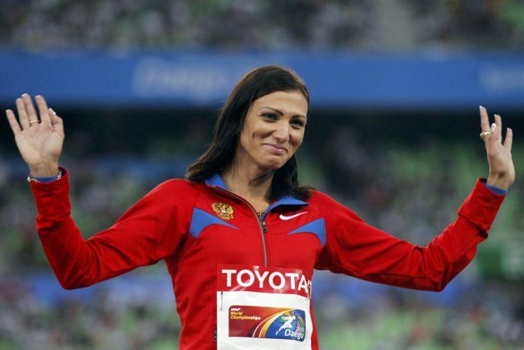 a bela Natalya Antyukh sorri antes de receber sua medalha de bronze nos 400m com barreiras, prova que aconetceu na última quinta.