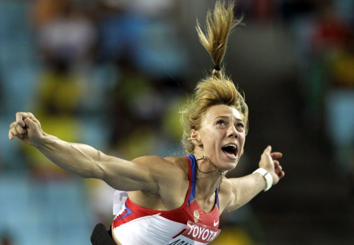 A russa Maria Abukamova se estica para fazer o segundo maior lançamento de dardo da história do esporte, que lhe garantiu o ouro na modalidade nesta sexta-feira.