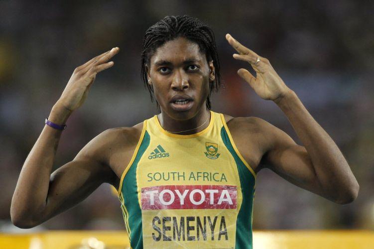 A polêmica Caster Semenya, que ficou afastada das competições depois do Mundial de Berlim, em 2009, pelas suspeitas de hermafroditismo, voltou a ir bem nesta sexta. Na semifinal dos 800m, ela sobrou e passou à final com o melhor tempo.
