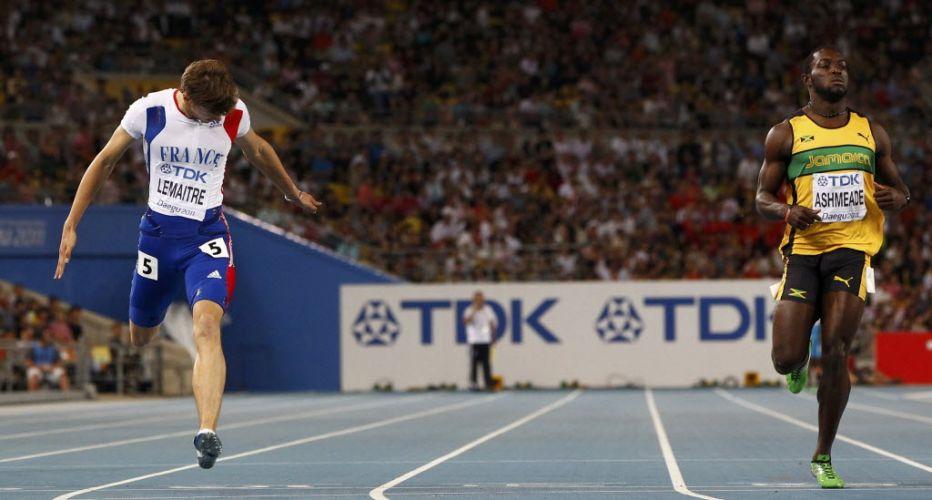 O francês Cristophe Lemaitre estica o corpo para chegar à frente dos rivais na semifinal dos 200m. Ele suou mais, mas fez um tempo melhor que Usain Bolt, seu principal rival na prova.