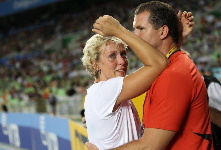 A alemã Christina Obergfoll chora e lamenta sua derrota no lançamento de dardo no Mundial de atletismo em Daegu.