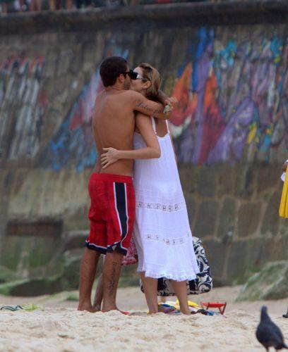 Surfista Pedro Scooby e a atriz luana Piovani são flagrados curtindo a praia no Rio de Janeiro