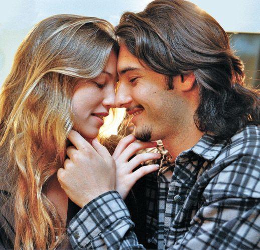 Luana Piovani troca carícias com o então namorado Rodrigo Santoro. Ator foi apenas um dos tantos namorados da atriz de 35 anos