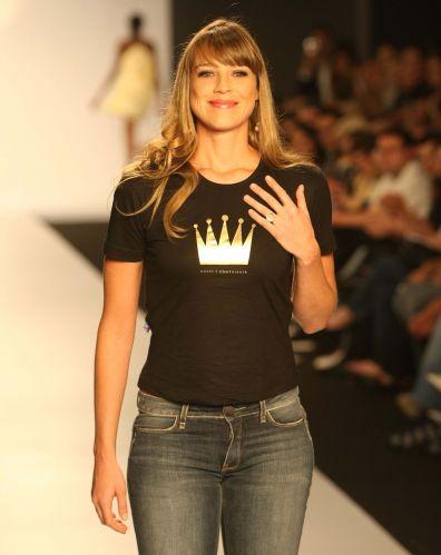 Luana Piovani desfila em evento de moda realizado em Curitiba. Atriz às vezes também é requisitada para exercer papel de modelo