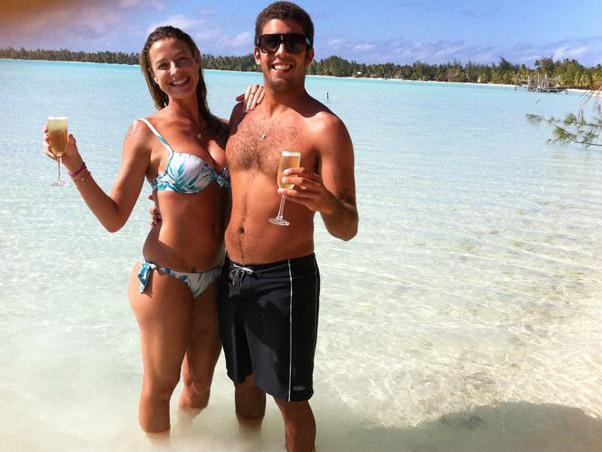 Luana Piovani e o marido Pedro Scooby publicam foto durante lua de mel no Taiti, em agosto de 2011