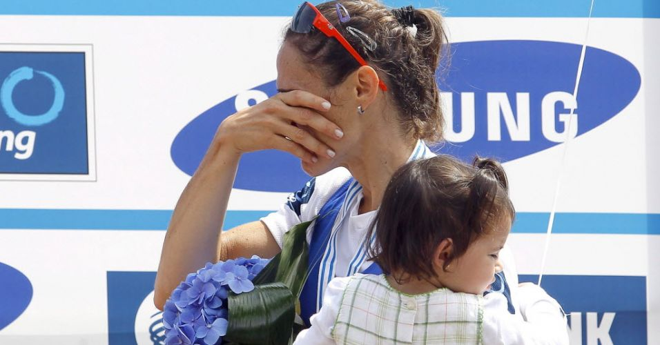 Fabiana Beltrame chora com a filha Alice no colo depois de conquistar a medalha de ouro na Eslovênia