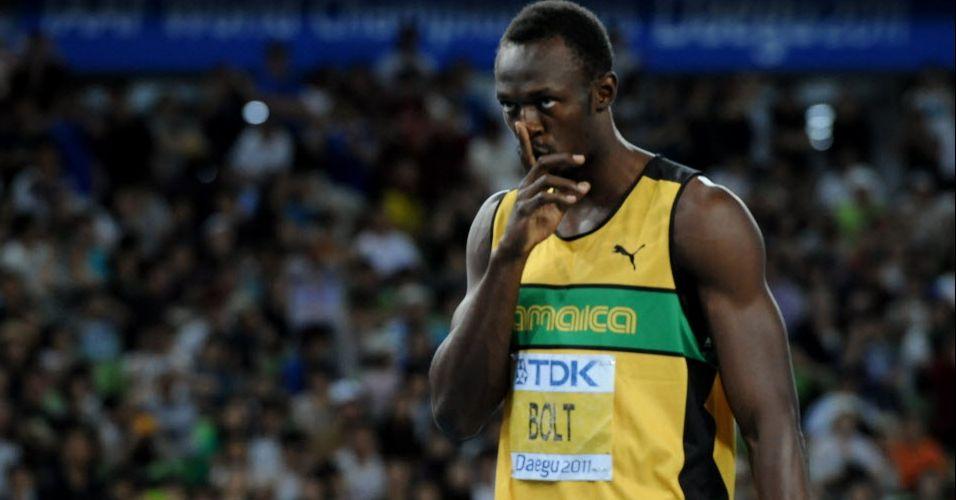 Usain Bolt brinca com o público em pedido de silêncio antes da prova dos 200 m rasos