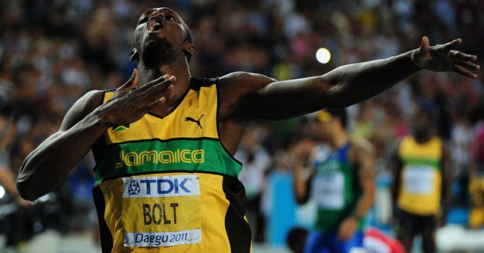 Usain Bolt comemora batendo no peito depois de vencer os 200 m rasos em Daegu