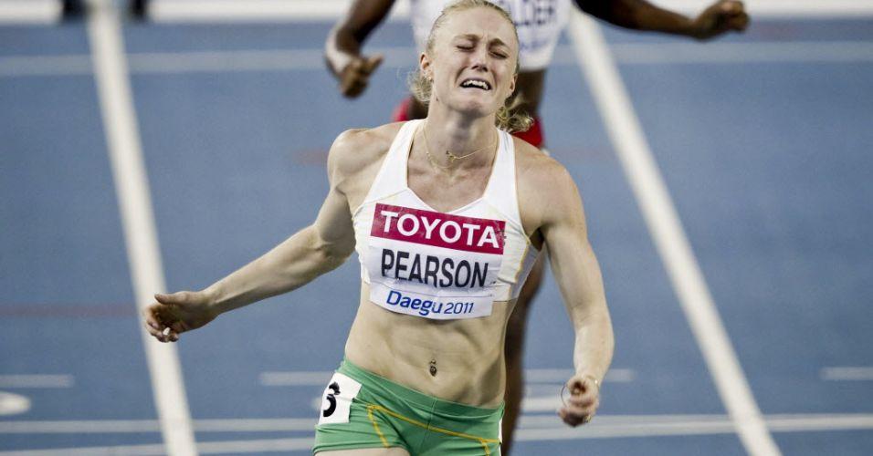 Australiana Sally Pearson já chora antes mesmo da linha de chegada dos 100 m com barreiras, onde conseguiu o novo recorde do campeonato com 12s28
