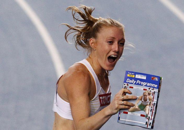 Sally Pearson exibe revista de programação diária do Mundial de Daegu para comprovar que não lhe deu azar na competição após vitória nos 100 m com barreiras