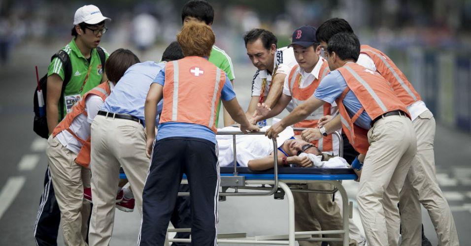 O atleta finlandês Jarkko Kinnunen teve de ser transportado em uma maca após sofrer desmaio na marcha de 50 km do Mundial em Daegu