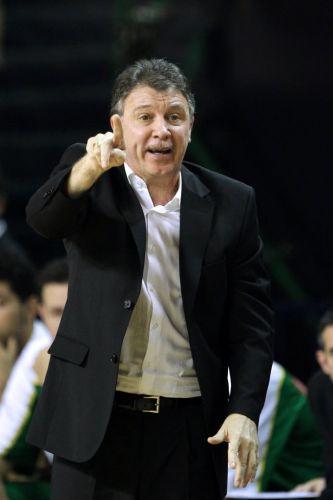 Ruben Magnano orienta seus jogadores durante a vitória da seleção brasileira sobre Cuba, pelo Pré-Olímpico de basquete que acontece na Argentina.