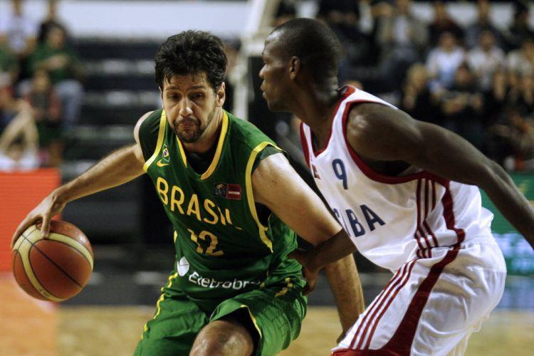 Guilherme Giovannoni tenta uma infiltração durante a vitória do Brasil sobre Cuba no Pré-Olímpico das Américas.