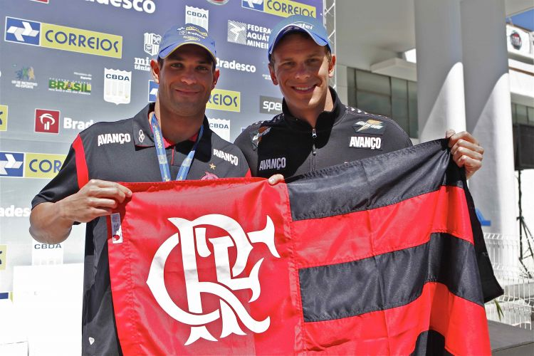 Nicholas dos Santos e Cesar Cielo exibem a bandeira do Flamengo, terceiro colocado no Troféu José Finkel