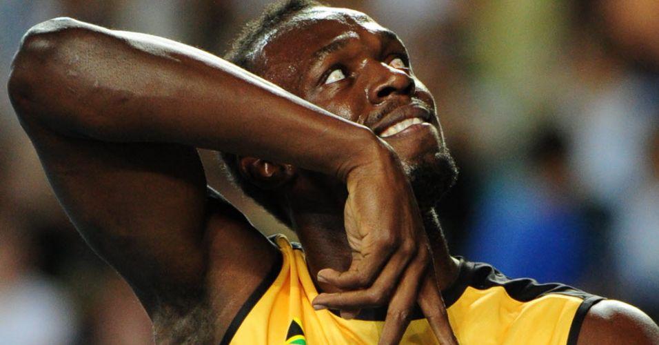 Usain Bolt faz graça para o público em Daegu depois de vencer o revezamento 4x100 m com recorde mundial