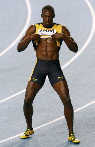 Usain Bolt exibe o tórax depois de vencer o revezamento 4x100 m com a Jamaica