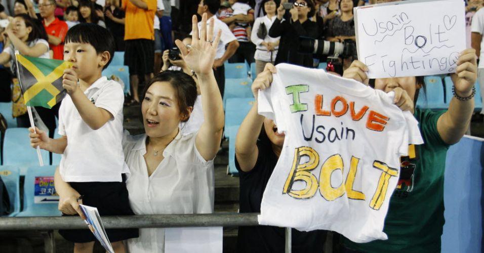 Torcedores sul-coreanos apoiam o jamaicano Usain Bolt e a Jamaica no revezamento 4x100 m