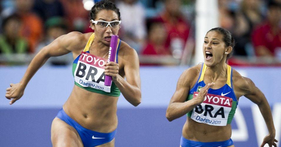Vanda Gomes recebe o bastão de Ana Cláudia Silva na final do revezamento 4x100 m feminino