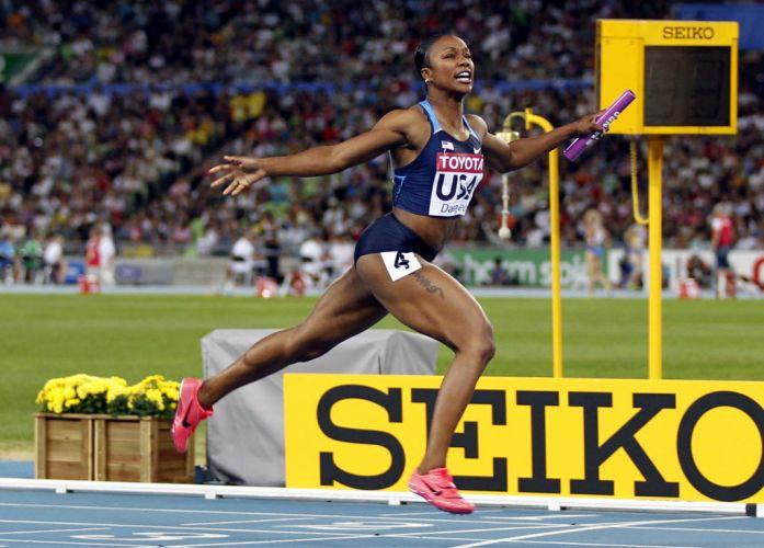 Carmelita Jeter cruza a linha de chegada do revezamento 4x100 m feminino para a vitória dos Estados Unidos
