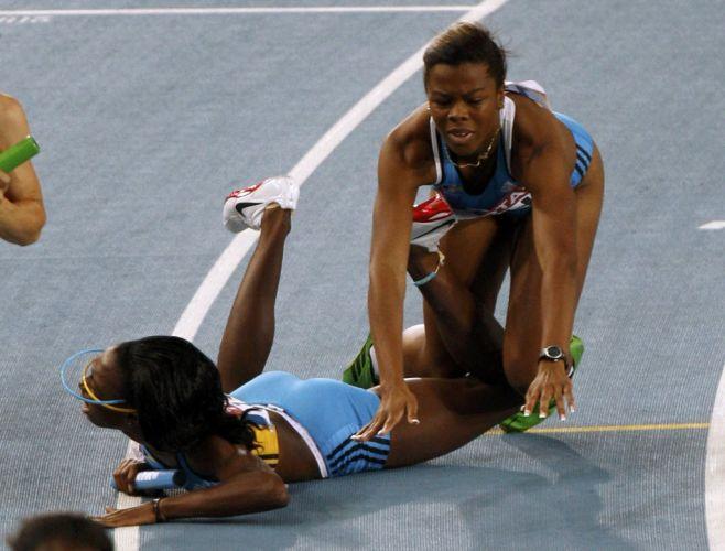 Nivea Smith cai sobre a companheira de equipe de Bahamas Anthonique Strachan durante eliminatória do revezamento 4x100 m