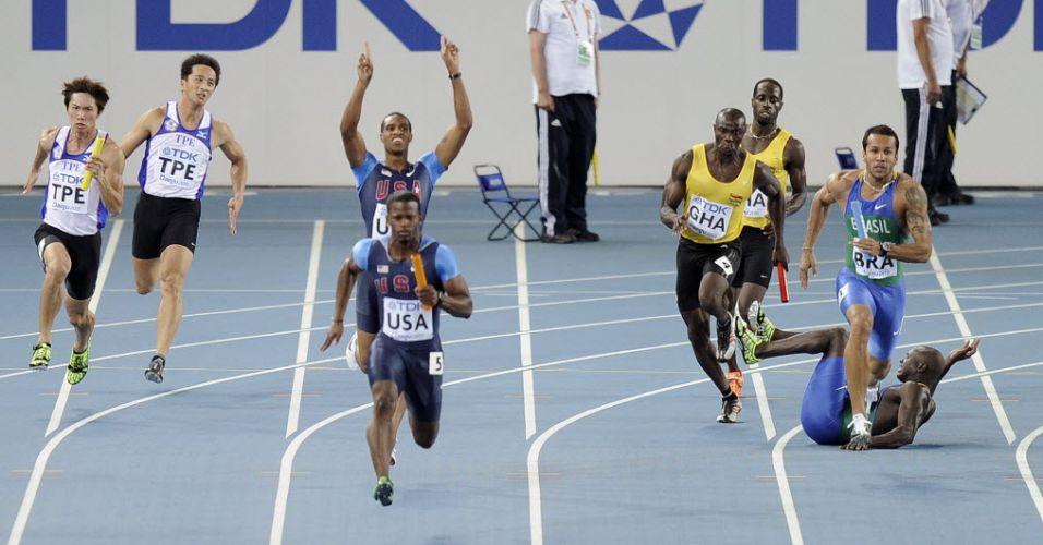 Nilson André cai na pista e também atrapalha a equipe de Gana na semifinal do revezamento 4x100 m