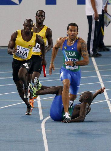 Nilson André cai na pista ao tentar passar o bastão para Bruno Lins na semifinal do revezamento 4x100 m