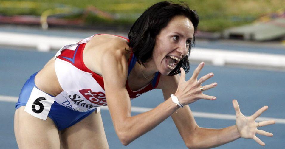 Russa Mariya Savinova comemora vitória nos 800 m feminino em disputa com Caster Semenya