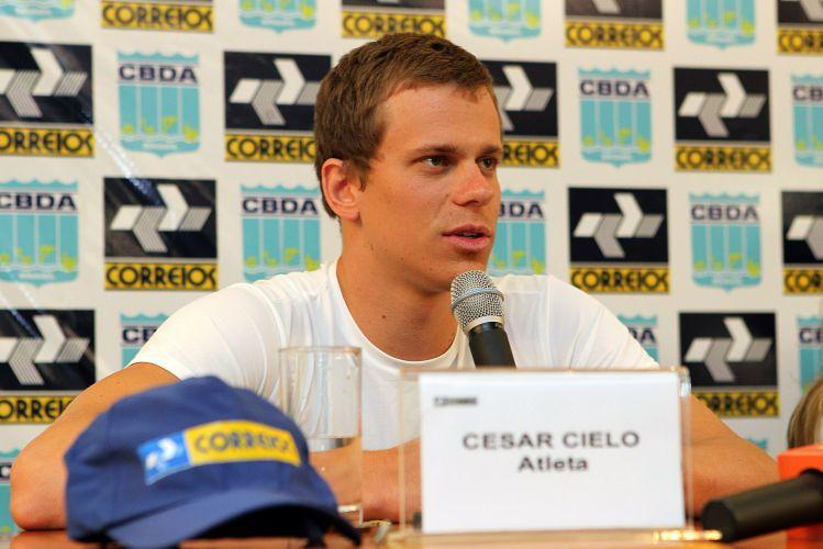Maior nome da natação brasileira, Cesar Cielo faturou duas medalhas no Mundial de Xangai e recebeu nesta terça-feira uma placa em sua homenagem