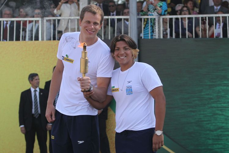 César Cielo posa para foto com a colega ana Marcela Cunha no desfile comemorativo da Independência, que aconteceu em Brasília. O campeão olímpico e mundial acendeu a pira do evento.