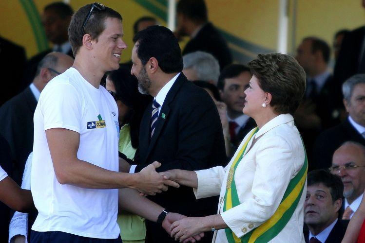 Cesar Cielo cumprimenta a presidente Dilma Roussef durante o desfile do dia da Independência em Brasília.