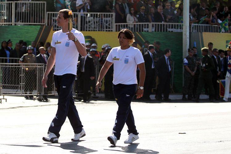 Cesar Cielo e Ana Marcela Cunha, campeões mundiais de natação no Mundial de Xangai, carregaram a tocha no desfile do dia da Independência, em Brasília, diante de 1,2 mil estudantes locais.