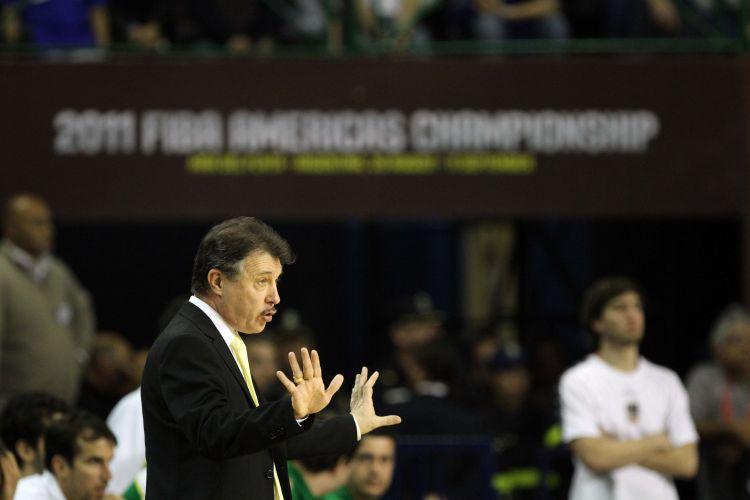 Técnico da seleção brasileira, Rubén Magnano faz gestos durante vitória de seu time sobre a Argentina