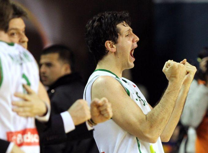 Giovannoni comemora após ficar fora dos minutos finais, pelo excesso de faltas