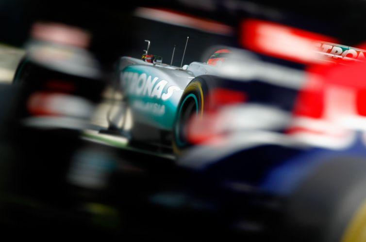 Michael Schumacher acelera sua Mercedes pelo circuito de Monza durante o treino de classificação para o GP da Itália. Piloto largará em oitavo