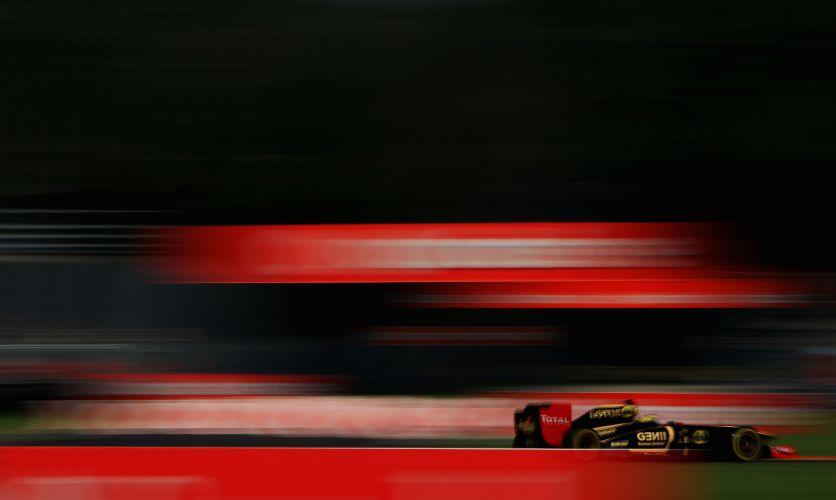 Bruno Senna acelera sua Renault pelo circuito de Monza; piloto abriu mão de entrar na pista no Q3 e largará na décima posição no GP da Itália