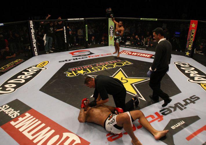 Daniel Cormier comemora vitória contra o favorito brasileiro Pezão na semifinal do Strikeforce