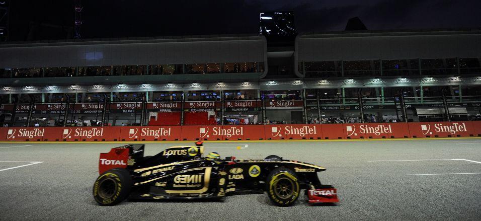 Bruno Senna pilota sua Renault pelo circuito de Marina Bay durante os treinos livres para o GP de Cingapura
