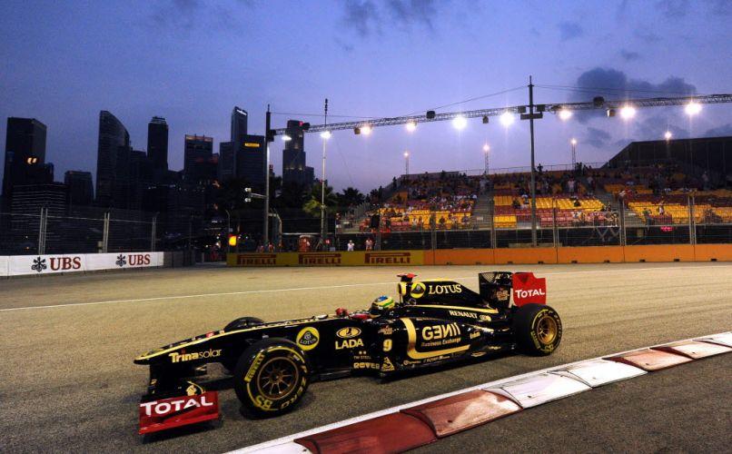 Bruno Senna pilota sua Renault pela pista de Marina Bay durante o treino de classificação para o GP de Cingapura. Brasileiro largará em 15º