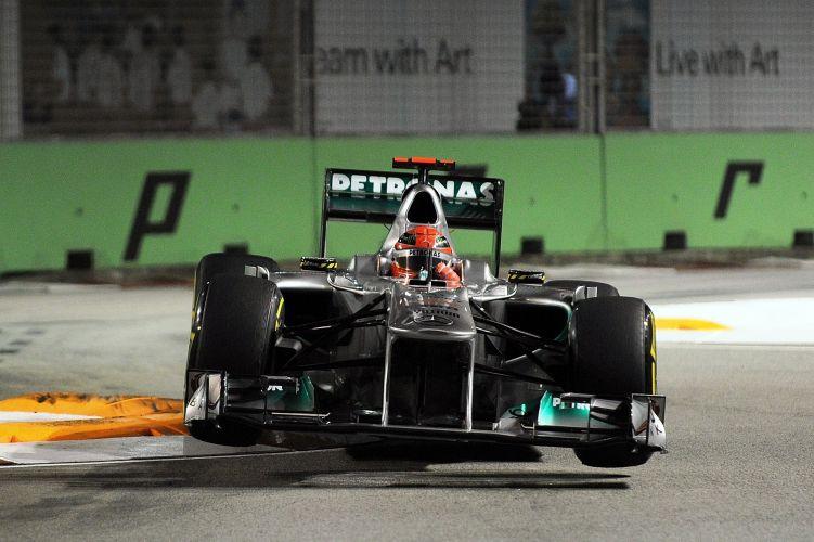 Michael Schumacher controla sua Mercedes durante volta rápida no treino de classificação para o GP de Cingapura. Piloto da Mercedes largará em oitavo