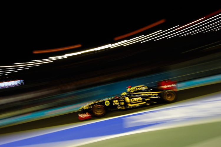 Bruno Senna acelera sua Renault pelo circuito de Marina Bay durante o treino de classificação para o GP de Cingapura. Brasileiro largará em 15º