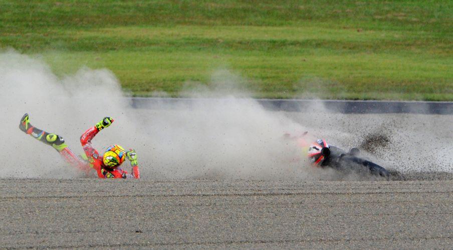 Italiano Valentino Rossi sofreu acidente mas não teve ferimentos sérios.