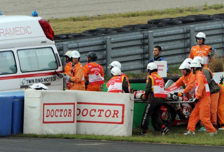 Hector Barbera é colocado na ambulância que o levou ao hospital após acidente na MotoGP. Piloto fraturou a clavícula.