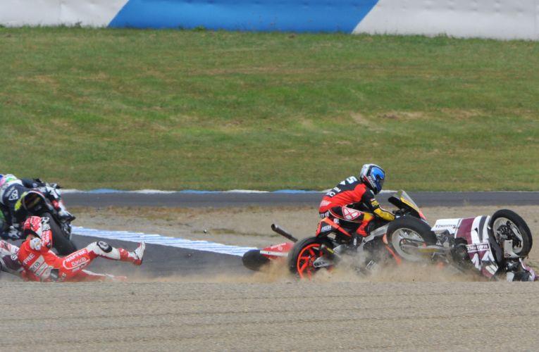 Italiano Raffaele De Rosa (direita) foi ao solo após se envolver em acidente com espanhois Ricard Cardus e Jordi Torres na Moto2.