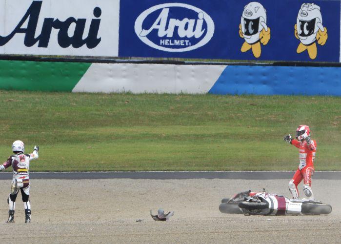 Compatriotas Richard Cardus e Jordi Torres discutem após acidente na Moto2.