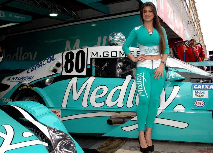 Grid girls levam charme e beleza aos boxes da equipe Medley/Full Time Sports na etapa de Londrina da Stock Car